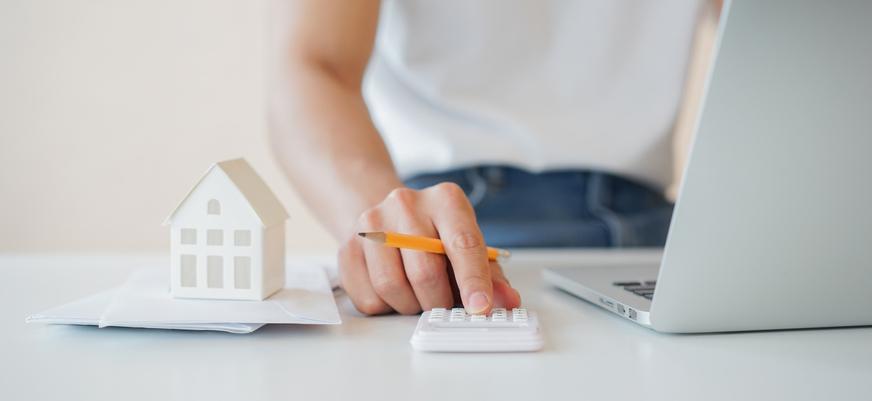 une femme utilise une calculatrice
