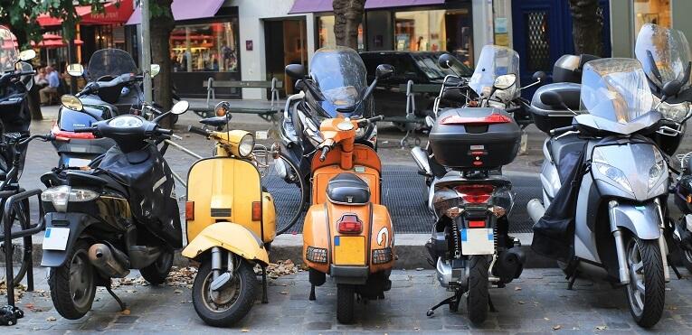 Stationnement des motos et des scooters