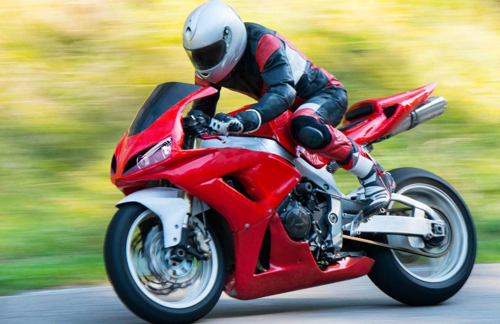 Les motos de plus de 100 chevaux répondant à la norme Euro 3 peuvent circuler en France.