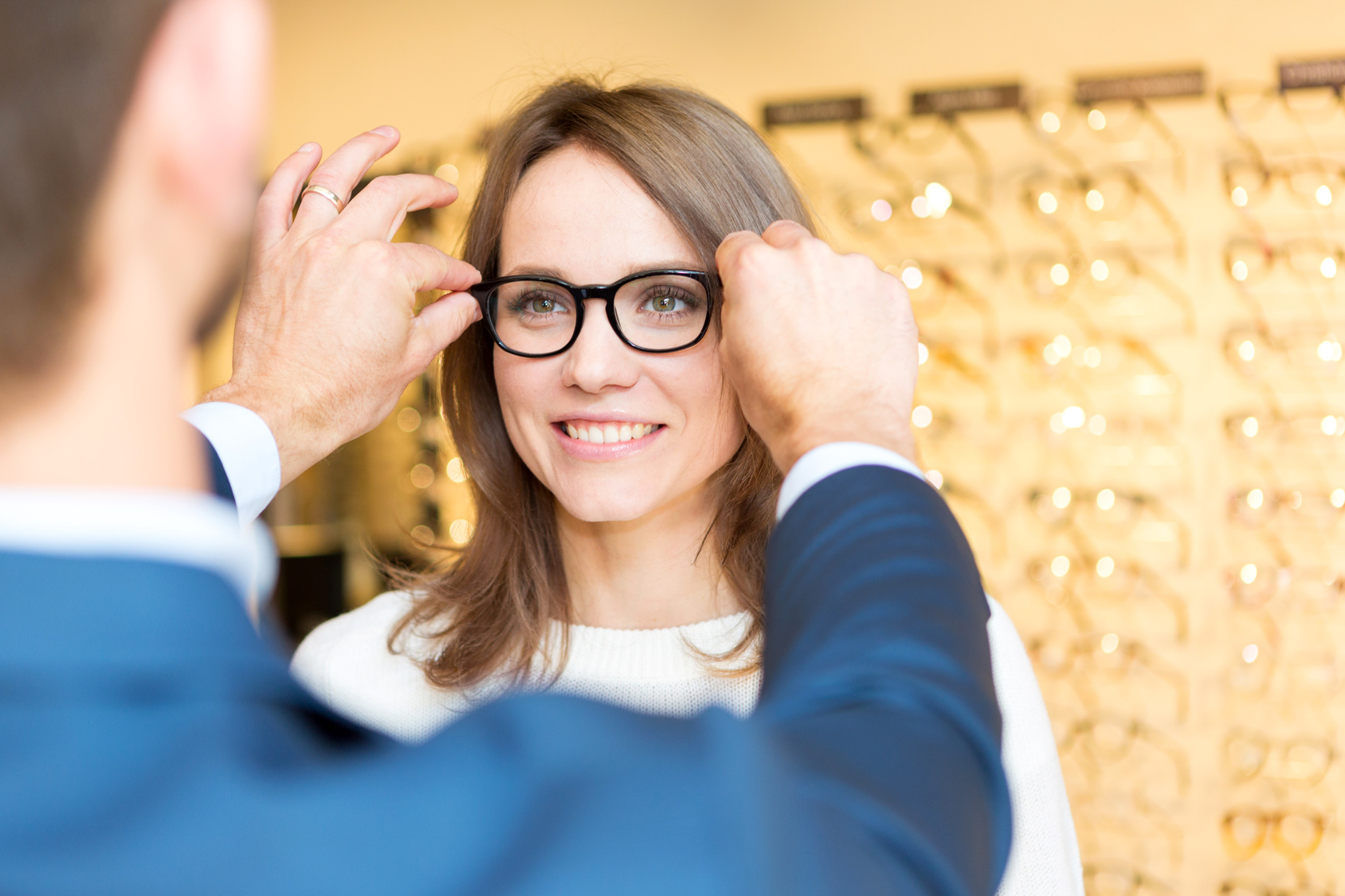 opticien femme lunettes